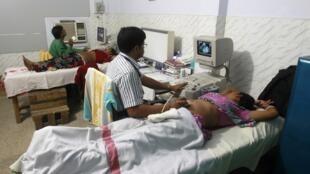 Mulheres grávidas fazem ultrassom na Índia.