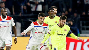 Le Lyonnais Houssem Aouar face au Barcelonais Lionel Messi.