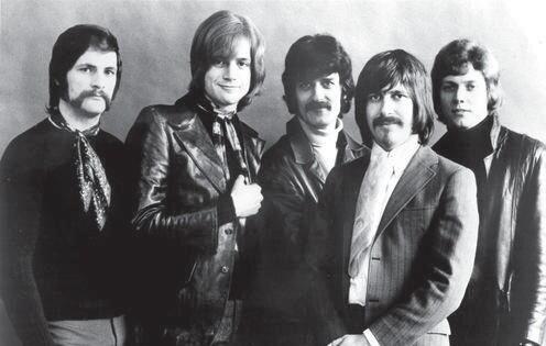گروه مودی بلوز در اوایل دهۀ ١٩٧٠ - ری توماس نفر وسط است