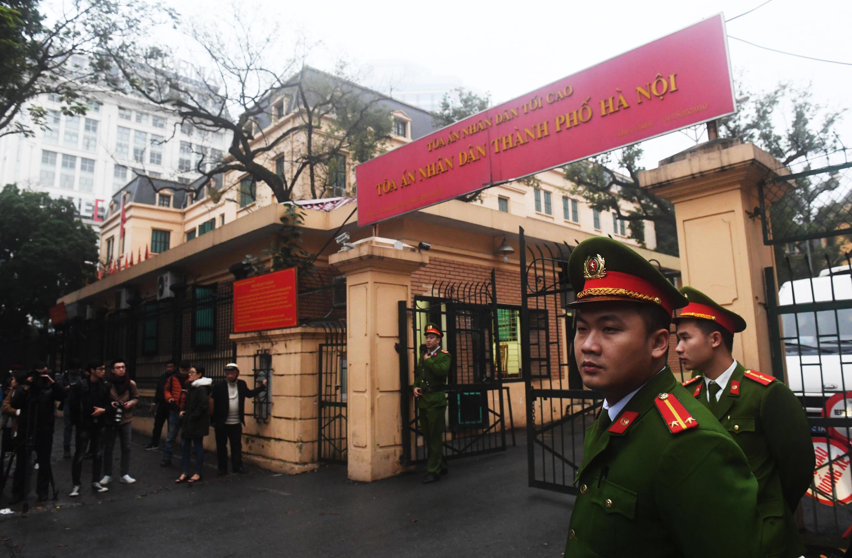 Công an canh gác trước trụ sở Tòa Án Nhân Dân Hà Nội, Việt Nam, ngày 08/01/2018. (Ảnh tư liệu)