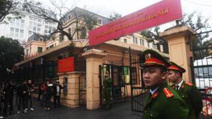Trước cửa một tòa án ở Hà Nội, ngày 08/01/2018
