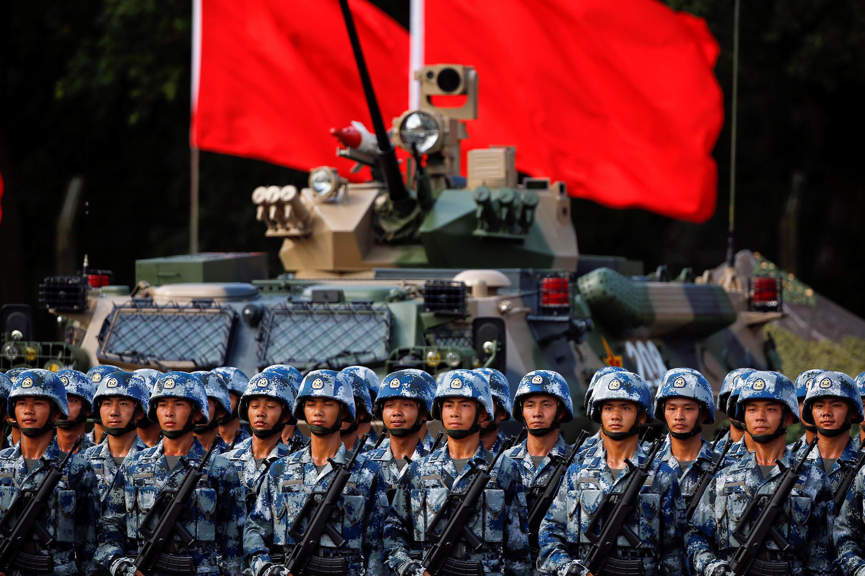 Imagem do desfile militar em homenagem ao presidente chinês Xi Jinping, em Hong Kong, em 30 de junho de 2017