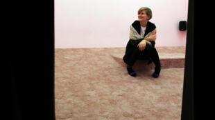 Laure Prouvost pose au milieu de son installation « Wantee », après avoir reçu le Turner Prize, le 2 décembre 2013, à Londonderry, Irlande du Nord.