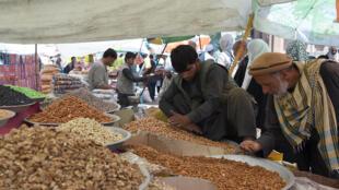 تصویری از یکی از بازارهای خیابانی افغانستان