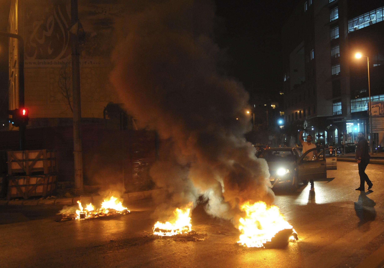 Des manifestants sunnites libanais ont brûlé des pneus dans le pays après la mort d'al-Hassan.