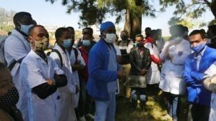Les internes en médecine de la faculté d'Antananarivo réunis ici, le 1er juillet 2020, autour de leur président pour décider du maintien de leur grève au sein des CHU et Centres de Santé de Base.