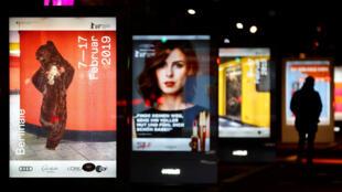 Les affiches de la 69e Berlinale dans les rues de Berlin. Le Festival, avec ses 340 000 billets vendus et des films venus du monde entier, s'est imposé comme l'un des plus grands rendez-vous cinématographiques au monde.