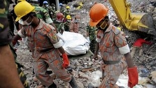Equipe de resgata transporta corpo de operário morto durante o desabamento do Rana Plaza, em Bangladesh, em imagem do dia 5 de maio de 2013.