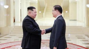 图为朝鲜领导人金正恩会见韩国特使代表团成员