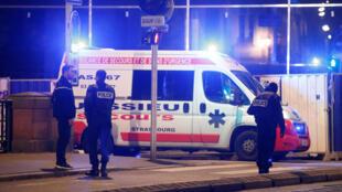 La police près d'une ambulance de secours et de soins d'urgence, à Strasbourg, où une fusillade a eu lieu, le 11 décembre 2018.