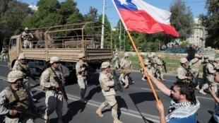 圣地亚哥街头巡逻的军人  2019年10月20日