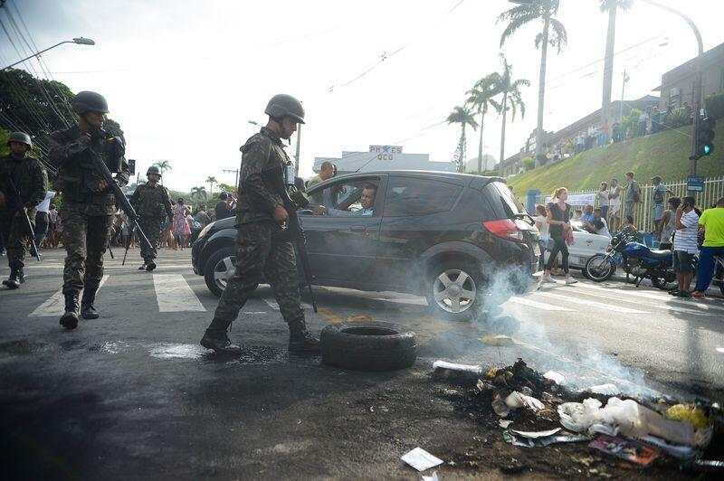 Protesto de moradores em frente ao quartel-geral de Vitória