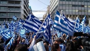 Marée de drapeaux grecs à Athènes.