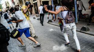 Manifestantes fogem dos tiros de bala de borracha da polícia turca, durante ato LGBT em Istambul, neste domingo (19).