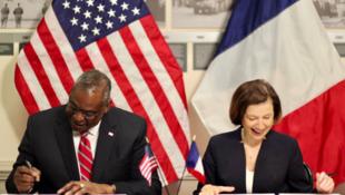 美国国防部长奥斯汀与法国国防部长帕利资料图片