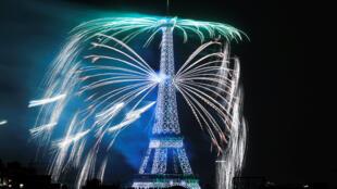 Салют в честь Дня взятия Бастилии в Париже 14 июля 2018