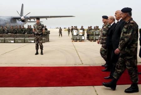 Chegada das primeiras armas e equipamentos militares franceses no Líbano. Contrato entre a França e a Arábia Saudita, em ajuda a Beirute. Entrega feita pelo Ministro da Defesa francês, Jean-Yves Le Drian (3° à dir.).