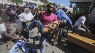Cảnh người bị thương ở trường học của Liên Hiếp Quốc tại Rafah bị trúng oanh kích của Israel. Ảnh ngày 03/08/2014