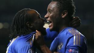 'Yan wasan Chelsea Victor Moses  John Obi Mikel dukkaninsu 'Yan Najeriya suna murnar kwallon da Mosses ya zira a ragar Shakhtar Donetsk a Stamford Bridge