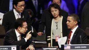 Tổng thống Lee Myung-bak trao đổi với tổng thống Mỹ Barack Obama (Reuters)