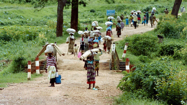 Des réfugiés rwandais, sur la route de Byumba, fuient Kigali, le 11 mai 1994.