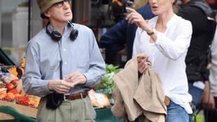 "Woody Allen dirige Carla Bruni durante as filmagens de ""Meia-Noite em Paris""."