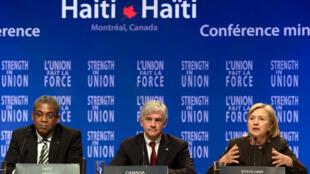 La sécretaire d'Etat américain Hillary Clinton (D), le Premier ministre canadien Lawrence Cannon (C), et le Premier ministre haitien Jean-Max Bellerive lors de la cloture de la reunion des donateurs sur haiti à Montreal, le 25 janvier 2010.