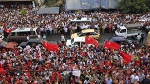 Những người ủng hộ bà Aung San Suu Kyi đang chờ kết quả bầu cử bổ sung trước trụ sở Liên đoàn Quốc gia vì Dân chủ tại Rangoon hôm 1/4/2012.