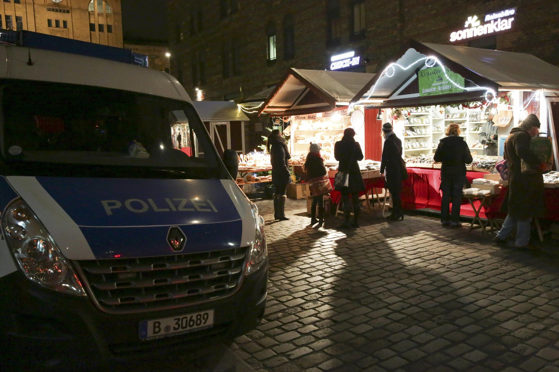Policiais alemães intensificam vigilância em mercado natalino no leste de Berlim nesta terça-feira, 20 de dezembro de 2016.