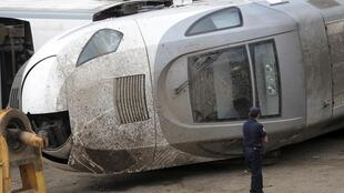 La cabine accidentée du conducteur est gardée par un policier. Escravitude, à 20 km de Saint-Jacques-de-Compostelle, le 27 juillet 2013.