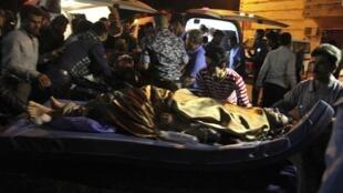 Mulher vítima de uma bomba em um mercado popular é levada ao hospital em  Khanaqin, a nordeste de Bagdá, em 29 de abril de 2014.