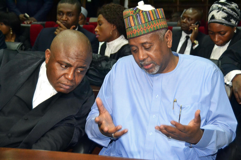 Le colonel nigérian Sambo Dasuki (d), ancien conseiller pour la sécurité nationale, en compagnie de son avocat, lors de son procès à Abuja, la capitale, le 1er septembre 2015.