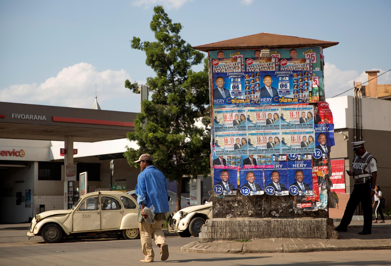 Un homme passe devant des affiches électorales du candidat Hery Rajaonarimampianina à Antananarivo le 7 novembre 2018.