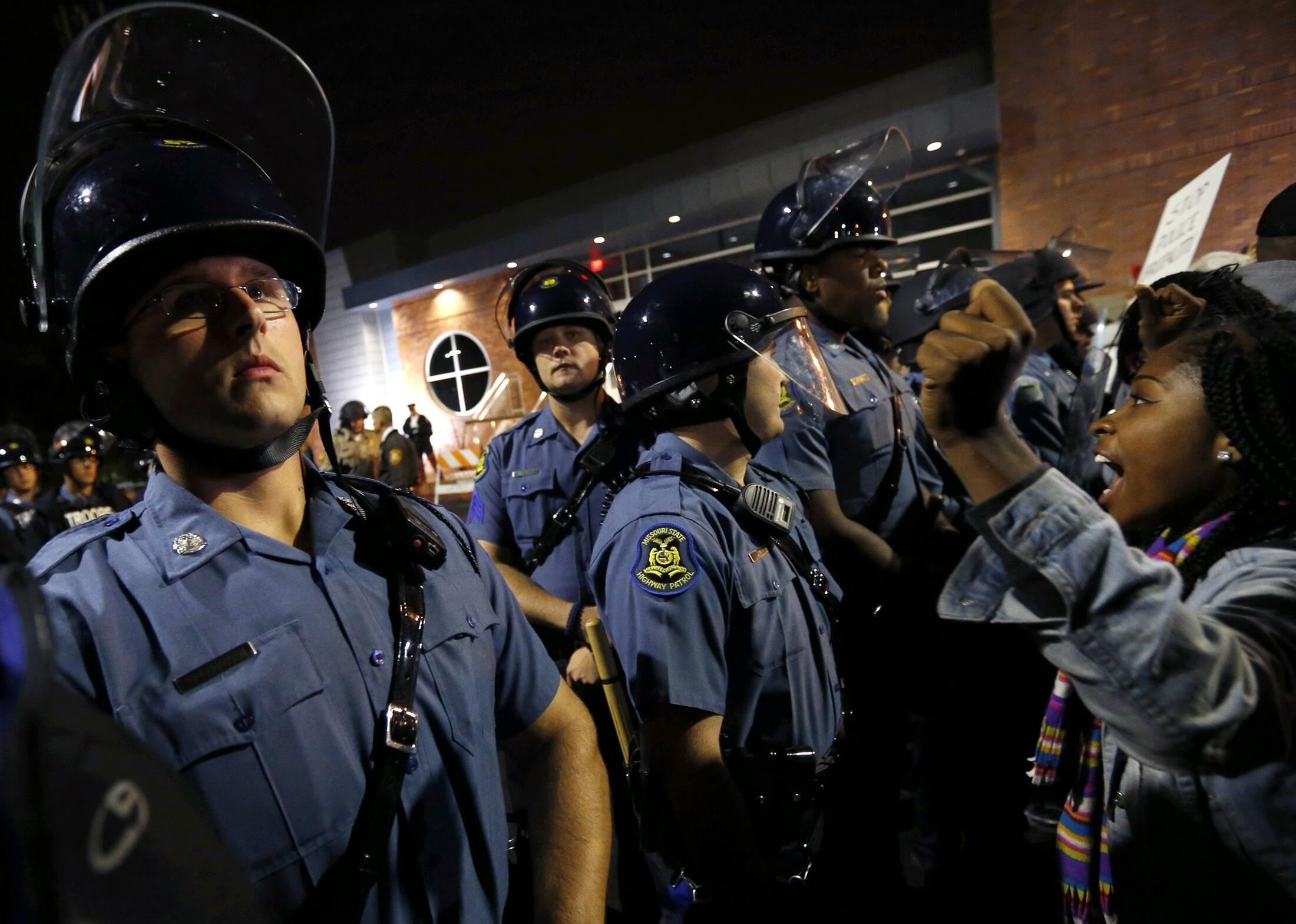 Des manifestants face à la police à Ferguson, le 10 octobre 2014.