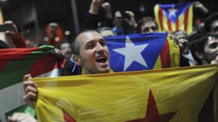 Des pro-indépendance catalans arborent leur drapeau lors d'un meeting, le 9 novembre à Barcelone.