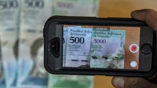 A cause de l'inflation, les billets de 500 et 5000 bolivars introduits en janvier 2017 (photo) ont déjà perdu leur capacité d'achat, il faudrait les remplacer par des  billets de 100 000 bolivars.