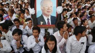 Les Cambodgiens sont venus nombreux sur la place du Palais pour rendre hommage à Sihanouk, ce 17 octobre 2012.