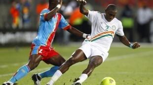 Le Nigérien Moussa Maazou (à dr.).