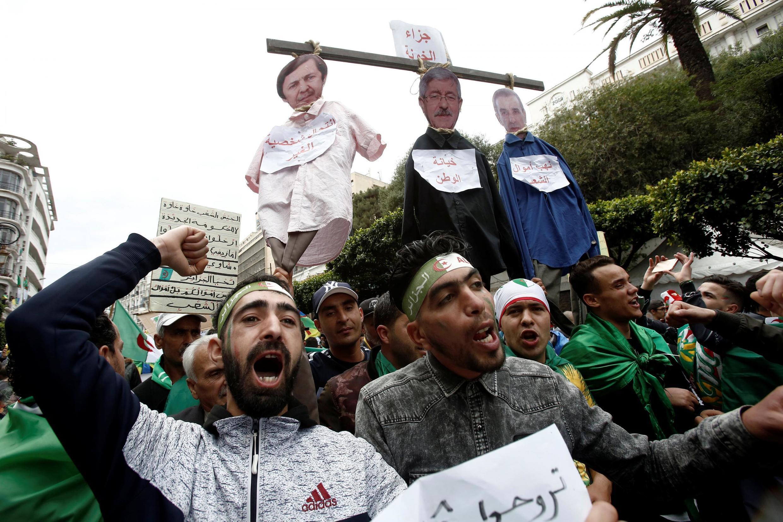 Người biểu tình Algeri đòi loại ba nhân vật quan trọng liên quan đến chính quyền tổng thống Abdelaziz Bouteflika, (từ phải sang trái) : doanh nhân Ali Haddad, cựu thủ tướng Ahmed Ouyahia và Said Bouteflika, em trai tổng thống, Algers, ngày 05/04/2019.