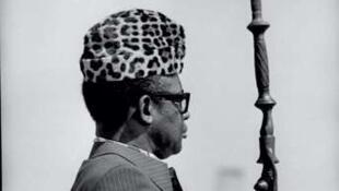 A partir du début des années 1970, Mobutu n'apparaît plus en public que coiffé d'une toque de léopard et appuyé sur une lourde canne de bois sculpté à deux têtes d'oiseaux, symbole d'autorité.