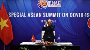 Thủ tướng Việt Nam Nguyễn Xuân Phúc chủ trì cuộc họp thượng đỉnh ASEAN qua cầu truyền hình, ngày 14/04/2020