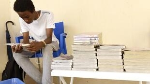 Un étudiant sénégalais lit une bande dessinée dans la bibliothèque «BD Passion Dakar» en juillet 2015.