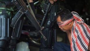 Bangkok, ngày 19/05/2010: Một người biểu tình phe Áo Đỏ bị bắt.