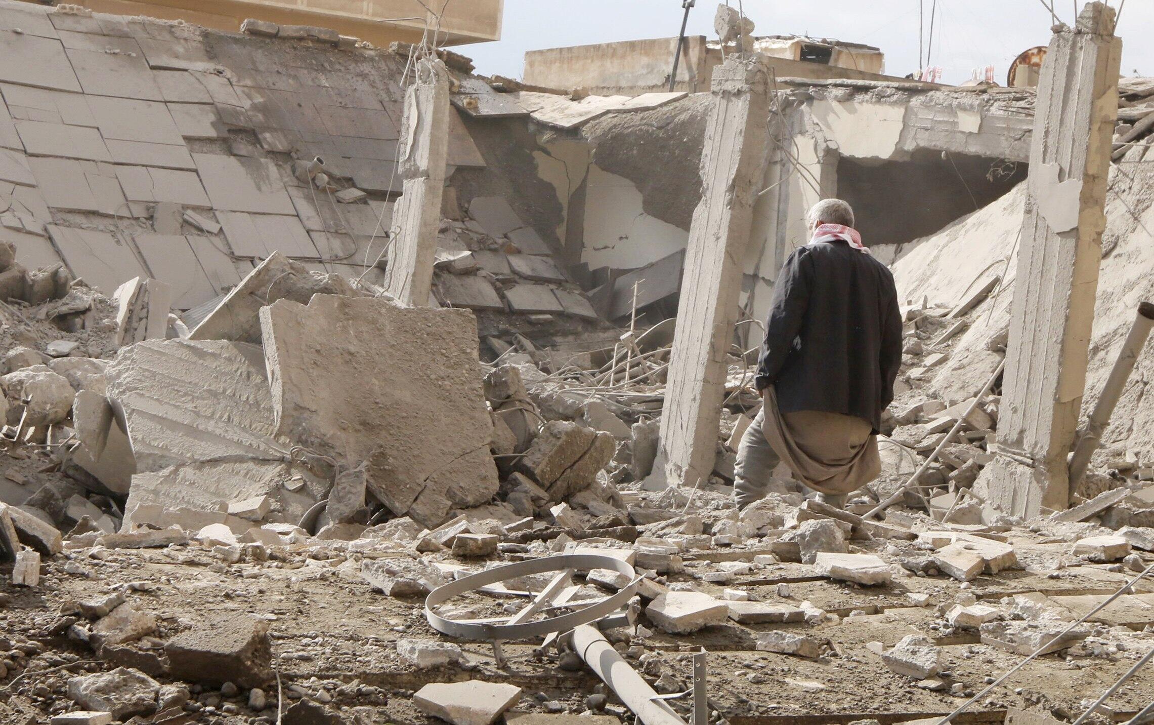 Un homme au milieu de ruines dans la ville de Raqqa (photo d'illustration).