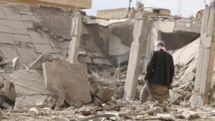 Un homme au milieu de ruines dans la ville de Raqqa, le 27 novembre 2014.