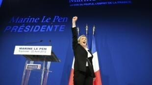 Marine Le Pen célèbre son résultat au premier tour de l'élection présidentielle, dimanche 22 avril 2012