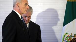 Secretário da Segurança Interna dos Estados Unidos, John Kelly, e o Secretário de Estado, Rex Tillerson, durante a visita ao México.