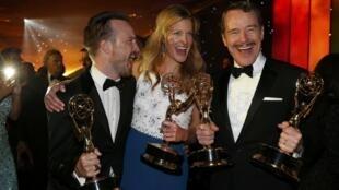 """Da esquerda para a direita, Aaron Paul, Anna Gunn e Bryan Cranston, os atores premiados de """"Breaking Bad"""""""