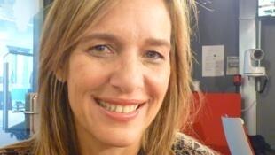 La artista argentina Gaby Grobo en los estudios de RFI en París.