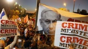 Depuis plusieurs semaines, désormais, les rassemblements se multiplient, les manifestants réclament la démission du Premier ministre Benyamin Netanyahu. Ils étaient plusieurs milliers dans les rues de Jérusalem le 21 juillet 2020.